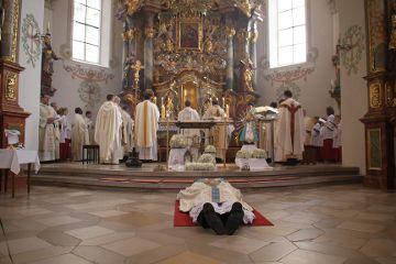 Zum Zeichen der Ganzhingabe an Gott liegt der Kandidat vor den Gelübden auf dem Boden.