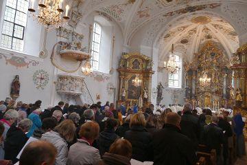 Die versammelten Gläubigen feierten mit.